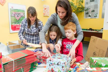 """Weihnachten im Schuhkarton: Miss Germany 2002 packt Geschenke für Kinder in Not / Katrin Wrobel ruft zum Mitmachen bei """"Weihnachten im Schuhkarton"""" auf"""