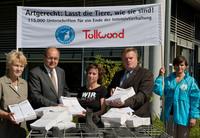 Agrarministerkonferenz Potsdam: Unterschriften von Tollwood und Deutschem Tierschutzbund an Bundeslandwirtschaftsminister übergeben
