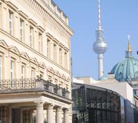 Das Runde kommt aufs Eckige: Das THEATER IM PALAIS in Berlin inszeniert das Leben der Fußball-Ikone JÖRG BERGER.