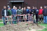 Subotnik - Zempower legen alten Dorfbrunnen frei