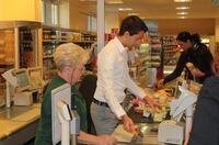 Bundestagskandidat Dr. Martin Pätzold packte im CAP-Supermarkt mit an.