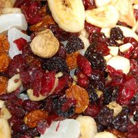 Gesundes Frühstück mit Trockenfrüchten und Haferflocken