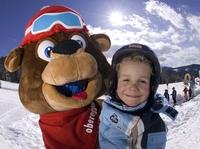 Mit Skiern über die Hängebrücke und Yetis hinterher:  Das Ski Center Latemar Obereggen macht Kinder glücklich