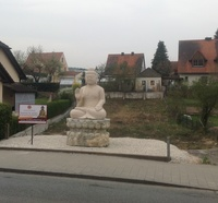 Ein Klinsmann-Buddha am Altstadtring in Hilpoltstein