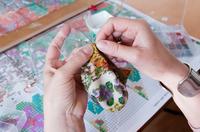 Perlenstrickerin fertigt Unikate
