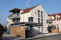 showimage RAAB-Mehrfamilienhaus mit Sentinel-Haus-Plakette, gesundes Wohnen mit Brief und Siegel