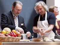 Bernhard Reiser unterstützt Benefizveranstaltung der Holzwerkstatt Rhein