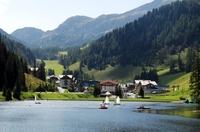 Badewanne Bergsee: Sichere Surf- und Segelabenteuer für den Nachwuchs