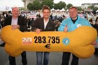 FRESSNAPF übergibt 283.735 Euro an den Deutschen Tierschutzbund