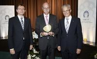 A wie Auszeichnung: Dr. Dieter Zetsche erhält den Award of Excellence 2012 des Club 55