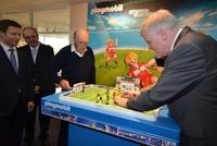 Ministerpräsident Seehofer begeistert sich für Playmobil-Fußballer und Playmobil-Kanzlerin