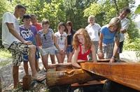 Forsti der Wanderzwerg begleitet die Gäste am neuen   Fitnessweg in Forstau.