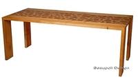 Extravaganter Holztisch als Kunstmöbel mit edler Ausstrahlung
