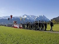Bunter Herbst in der Zugspitz-Region: Von Feuer, Vieh und farbenfrohen Festzügen
