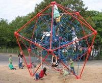 Ein Kletternetz für den öffentlichen Spielplatz