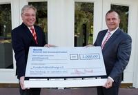 Scheckübergabe: 2.000 Euro für die Kinderhilfestiftung e. V.