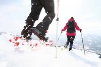 Auf großem Fuß über den Schnee