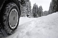 Delticom: Mobil mit Winterreifen und Schneeketten