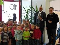 kontech übergibt Schoko-Nikoläuse an Kindergarten in Hagnau