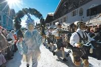 Maschkera auf der Sprungschanze - Neue und uralte Faschingsbräuche in Oberbayern