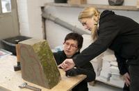 Kreative Hobbysteinmetze probierten sich am Sandstein in der Werkstatt der Siegburger Steinmetzin