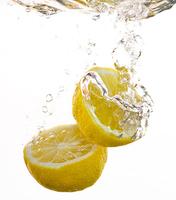 Mit Zitrone natürlich Holzgartenmöbel reinigen