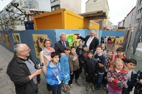 Kinder-PopArt-Galerie bringt Farbe an den Bauzaun