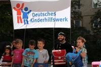 Botschafter des Deutschen Kinderhilfswerkes Harald Glööckler verschenkt Schulranzen an Berliner ABC-Schützen