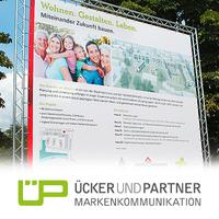 Ücker und Partner gestaltet Vermarktungsschild für das von der VOLKSWOHNUNG initiierte Mehrgenerationen-Wohnprojekt Quartier am Albgrün