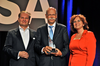 Prof. Dr. Lothar Seiwert übergibt den Deutschen Rednerpreis an Dr. Dieter Zetsche