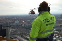 Lastenflieger heben 400 kg Kronenknauf mit Helikopter auf Kirchturmspitze