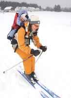 Gefährlicher Winterspaß: Kinder huckepack auf der Piste