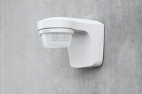 Elegant, flexibel, montagefreundlich: Die neuen theLuxa Bewegungsmelder zur energieeffizienten Beleuchtungssteuerung im Außenbereich von Theben