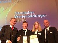 """Markus Hofmann, Direktor des Zertifikatslehrgangs """"Professional Speaking"""", auf dem Siegertreppchen des Deutschen Weiterbildungspreises"""
