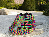 """showimage Trägt die modebewusste Frau von heute eine farbenfrohe """"Mochila Wayuu"""",? Kann man an dem Taschenmodell erkennen, dass Sie lebensfroh und eine positive Lebenseinstellung besitzt ?"""
