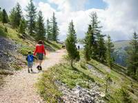 """Neues Wanderparadies im Südtiroler Eggental:  Das """"Latemarium"""" lockt mit vier Themenwegen und  bestem Dolomiten-Blick von der Aussichts-Schnecke"""