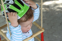Fahrradhelm für Kinder: Schutz im Straßenverkehr - tödliche Gefahr auf dem Spielplatz