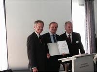 Prof. Dr. Lothar Seiwert wird die GfA-Ehrenmitgliedschaft verliehen