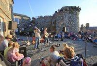 Guernsey Event-Highlights im Sommer 2014:   Blumen, Märkte und Musik am Meer
