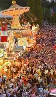 Spektakulärer Auftakt des  Gäubodenvolksfestes 2014: Straubing auf der Jagd  nach dem Trachten-Weltrekord