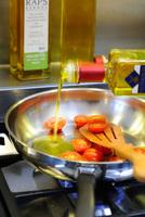 Hitzestabil und extra-mild: kaltgepresstes Teutoburger Bio Raps-Kernöl HEISS BRATEN