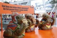 Großer Auftritt am Flughafen: Sixt-Krötenband bläst zum Sparkurs