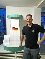 Rekordverdächtig: 22 Jahre und schon Fliesenlegermeister - mit einem Stehtisch im Fußball-Design und Ardex-Produkten