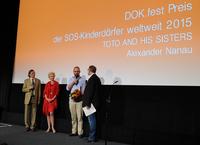 SOS-Dokumentarfilmpreis für Toto and his sisters Rumänischer Filmemacher Alexander Nanau bei DOK.fest ausgezeichnet