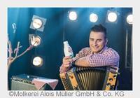 """...Spot an! Andreas Gabalier setzt """"Buttermilch-Flascherl"""" in Szene"""