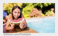 Knackig und voller Mineralstoffe: Die optimalen Obst- und Gemüse-Snacks fürs Schwimmbad