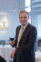 """Der Sommelier Ralf Pinzenscham feiert sein 20-jähriges Dienstjubiläum  im """"restaurant top air"""" am Stuttgarter Flughafen"""