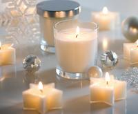 Glänzende Weihnachten mit silber-weißem Kerzenzauber