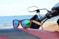 showimage ABACAXI: Eine Sonnenbrille mit Bügeln aus Bambus