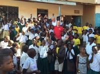 Schule in Tansania eröffnet: Fingerhut Haus und FLY & HELP fördern Bildung in Afrika